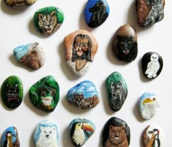 Krafttiere auf Steinen